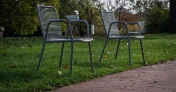 Gartenstuhl versinkt im Rasen – Was tun?